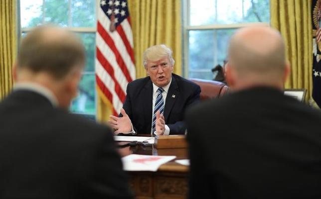 4月27日、トランプ米大統領は、地球温暖化対策の国際的枠組み「パリ協定」で米国が不公平な扱いを受けているとの認識を示し、今後2週間前後で協定に残留するかどうか発表する考えを明らかにした。写真はホワイトハウスの執務室でインタビューに応じる大統領(2017年 ロイター/Carlos Barria)