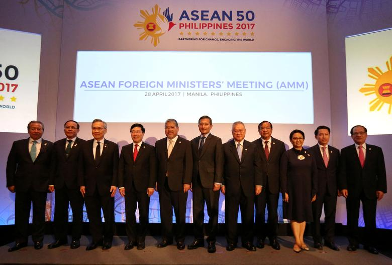Association of Southeast Asian Nations (ASEAN) Foreign Ministers, from left, Malaysia's Foreign Minister Anifah Aman, Myanmar U Kyaw Tin, Thai Foreign Minister Don Pramudwinai, Vietnam Foreign Minister Pham Binh Minh, Philippine Acting Foreign Affairs Secretary Enrique Manalo, Singapore's Foreign Minister Vivian Balakrishnan, Brunei Darussalam Foreign Minister Pehin Dato Lim Jock Seng, Cambodia's Foreign Minister Prak Sokhon, Laos Foreign Minister Saleumxay Kommasith, ASEAN Secretary General Le Luong Minh pose for a family photo during the ASEAN Foreign Ministers Meeting (AMM) in Manila, Philippines April 28, 2017. REUTERS/Aaron Favila/Pool