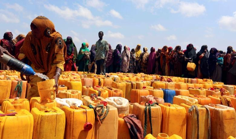 Internally displaced Somali women gather with their jerrycans to receive water at a distribution centre organized by a Qatar charity after fleeing from drought stricken regions in Baidoa, west of Somalia's capital Mogadishu, April 9, 2017. REUTERS/Feisal Omar