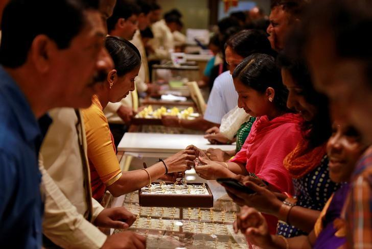 Customers crowd around a jewellery showroom during Akshaya Tritiya, a major gold-buying festival, in Kochi, April 28, 2017. REUTERS/Sivaram V/Files