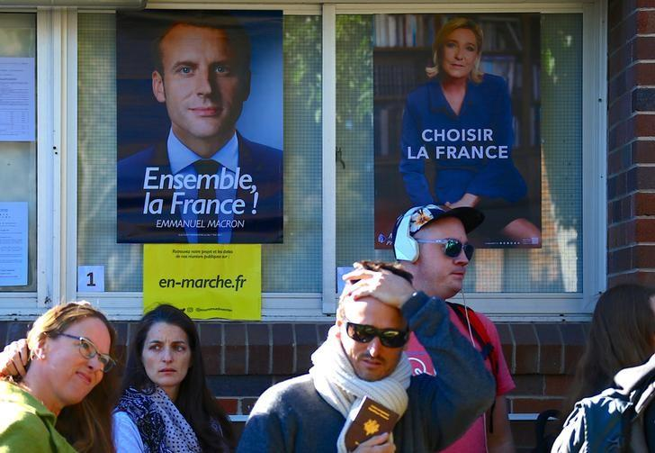 French nationals living in Australia stand in a line as they wait to cast their votes in the presidential poll located at a polling booth located at a school in Sydney, Australia, May 7, 2017.      REUTERS/David Gray