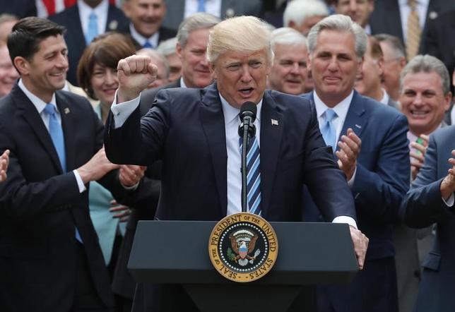 7日、米民主党議員はトランプ政権が最優先課題に掲げる医療保険制度改革(オバマケア)見直しのための代替法案の計画を策定する上院の作業部会に女性が欠けていることを批判した。写真は同案の下院通過を共和党メンバーらと祝うトランプ大統領。米ワシントン・ホワイトハウスで4日撮影(2017年 ロイター/Carlos Barria)