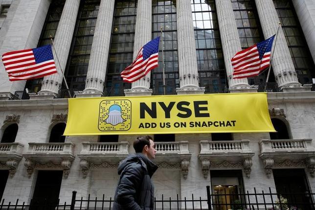 5月10日、写真・動画共有アプリのスナップチャットを運営する米スナップが発表した第1・四半期(3月31日)まで決算は売上高が予想を下回った。写真はニューヨーク証券取引所に掲げられた同社広告。1月撮影(2017年 ロイター/Breandan McDermid)