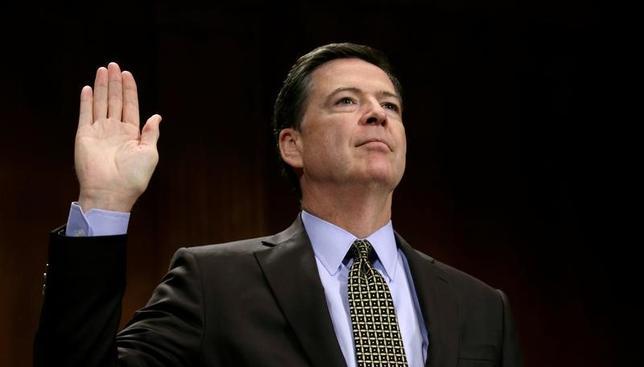 5月10日、複数のホワイトハウス当局者によると、米連邦捜査局(FBI)のコミー長官が解任された背景には、トランプ大統領が以前から同氏への怒りを募らせていたことがあるが、電撃解任に至った決め手は長官が上院司法委員会での証言内容を大統領らに事前に知らせることを拒否したことだった。写真はワシントンで3日撮影(2017年 ロイター/Kevin Lamarque)