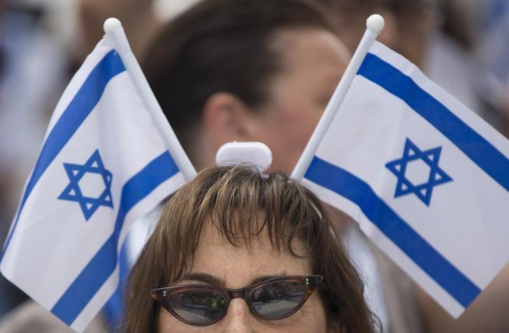 A woman wears Israeli flags on her head as she takes part in a rally outside Israel's Embassy in London, to show support for Israel's military action in Gaza, July 20, 2014. REUTERS/Neil Hall/Files