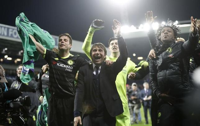 5月14日、サッカーのイングランド・プレミアリーグで、今季リーグ優勝を果たしたチェルシーのアントニオ・コンテ監督(写真中央)は、来季クラブ残留を希望した。写真は12日のリーグ優勝決定時(2017年 ロイター)