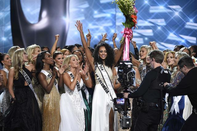 2017 Miss USA  – Las Vegas, Nevada, U.S., 14/05/2017 - Miss District of Columbia Kara McCullough celebrates after being crowned 2017 Miss USA. REUTERS/David Becker