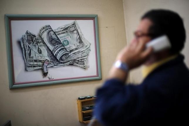 5月15日、米財務省によると、海外投資家による米財務省証券投資は、243億9000万ドルの買い越しで、4カ月ぶりの買い越しとなった。2014年10月撮影(2017年 ロイター/Ivan Alvarado)