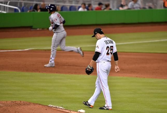 5月15日、MLBマーリンズの田沢純一投手は、地元でのアストロズ戦の6回に2番手として登板。満塁本塁打を打たれ、敗戦投手となった(2017年 ロイター/Jasen Vinlove-USA TODAY Sports)