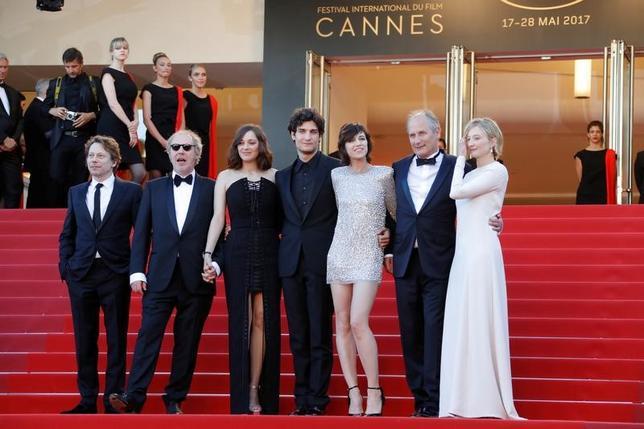 第70回カンヌ国際映画祭が17日、フランス南部のリゾート地カンヌで開幕した。オープニングを飾ったのは、仏映画監督アルノー・デプレシャン(左から2人目)の新作「Ismael'sGhosts(原題)」。マリオン・コティヤール(左から3人目)、シャルロット・ゲンズブール(右から3人目)という仏人気女優2人が出演する作品だが、コンペティションには含まれない(2017年 ロイター/Jean-Paul Pelissier)