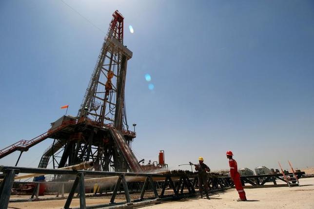 5月18日、アジア時間の取引で原油先物は下落している。石油輸出国機構(OPEC)主導による協調減産の取り組みが続いているものの、供給過剰が続いていることが重しとなっている。写真はイラクのバスラにある油田。11日撮影(2017年 ロイター/Essam Al-Sudani)