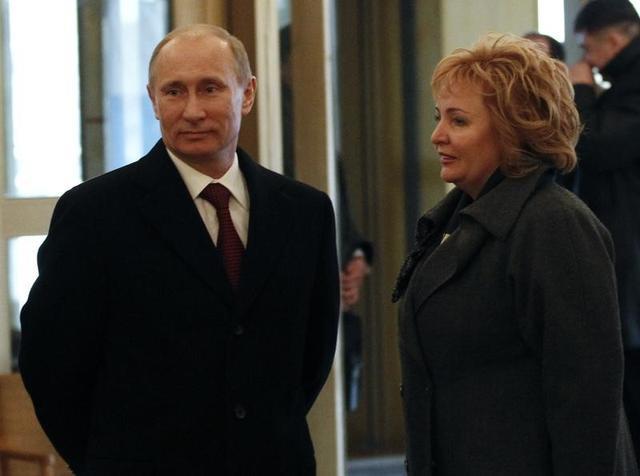 5月19日、ロシアのプーチン大統領のリュドミラ元夫人(右)が、賃料で多額の収益を上げている歴史的建造物を所有する基金に関わっていることが、ロイターが入手した不動産記録で分かった。モスクワで2012年撮影(2017年 ロイター/Grigory Dukor)