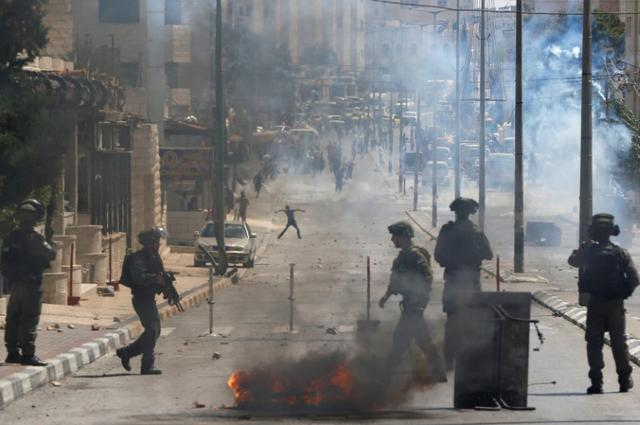 Palestinian protesters clash with Israeli troops following a protest in support of Palestinian prisoners on hunger strike in Israeli jails, in the West Bank town of Bethlehem May 19, 2017. REUTERS/Ammar Awad
