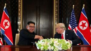 美朝峰会结束 特朗普与金正恩签署重要文件