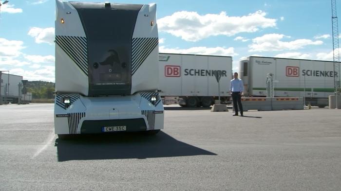 スウェーデンの無人電気トラック、初の公道走行を披露(字幕・16日)