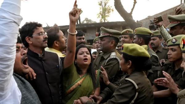 インドでレイプ被害訴え、出廷途中で容疑者に火つけられた女性が死亡(字幕・8日)