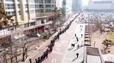 マスクを求める市民が長蛇の列、韓国で感染症警戒レベル最高に(24日)
