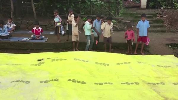 先生はスピーカー、教師不在でも農村の子どもに授業を インド(字幕・4日)