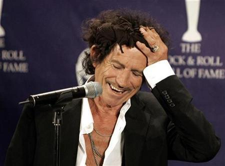 Rolling Stones guitarist Keith Richards holds his head as he appears backstage during the 22nd annual Rock and Roll Hall of Fame induction ceremony at the Waldorf Astoria Hotel in New York March 12, 2007. Richards said in an interview published on Tuesday that he once snorted his father's ashes mixed with cocaine. REUTERS/Brendan McDermid