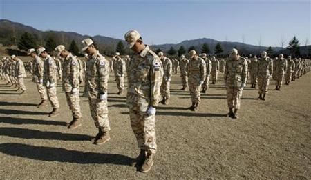 South Korean soldiers offer a silent prayer during a farewell ceremony before leaving for Iraq, at a military unit in Kwangju, about 25 miles southeast of Seoul February 28, 2007. South Korea's defense ministry plans to notify parliament in June that it is withdrawing its troops in Iraq, ending what had been the third-largest foreign military presence there, an official said on Friday. REUTERS/Lee Jae-Won