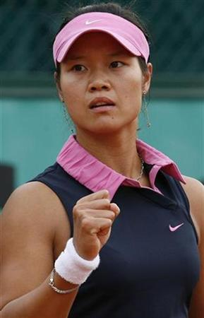 China's Li Na is pictured during the French Open tennis tournament at Roland Garros in Paris May 30, 2007. She is likely to play at Wimbledon despite pulling out of a warm-up tournament this week. REUTERS/Jean-Paul Pelissier