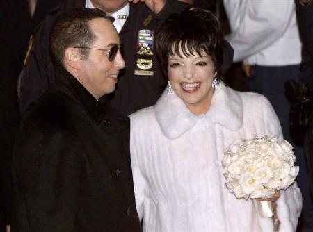 7月12日、米フォーブス誌は最も費用のかかった有名人の結婚式ランキングを発表。トップはライザ・ミネリ(右)とデビッド・ジェスト(左)の結婚式。写真は教会から出てくる2人。2002年3月撮影(2007年 ロイター/Mike Segar)