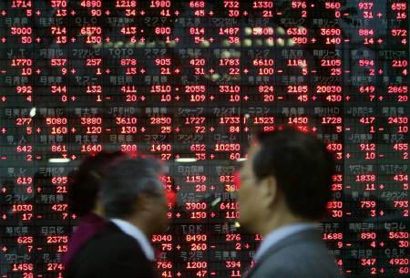 7月20日、来週は29日の参院選を前にして市場全体に手控えムードが広がるとみられている。写真は2005年10月、都内で撮影した株価ボード前を歩く通行人たち(2007年 ロイター/Toru Hanai)
