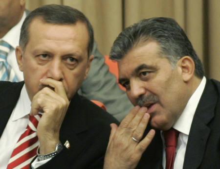 8月20日、トルコ大統領選でギュル外相(右)が最多票を獲得するも定数には届かず。エルドアン首相と(2007年 ロイター/Umit Bektas)