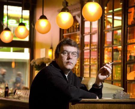 9月2日、喫煙する人は、たばこをやめた人や喫煙経験のない人と比べてアルツハイマー病などの認知症を発症しやすいことが、オランダの研究チームの調査で明らかに。写真は4月、アムステルダムで撮影(2007年 ロイター/Michael Kooren)