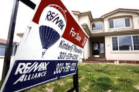 9月4日、米サブプライムローン関連の損失に対する懸念を背景に、アジア太平洋地域の多数の企業がエクスポージャーを公表している。写真はコロラド州デンバーで7月に撮影した売り住宅物件(2007年 ロイター/Rick Wilking)