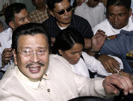 Former Philippine President Joseph Estrada leaves a court following his verdict at the Sandiganbayan anti-graft court in Quezon City, Metro Manila, September 12, 2007. REUTERS/Darren Whiteside