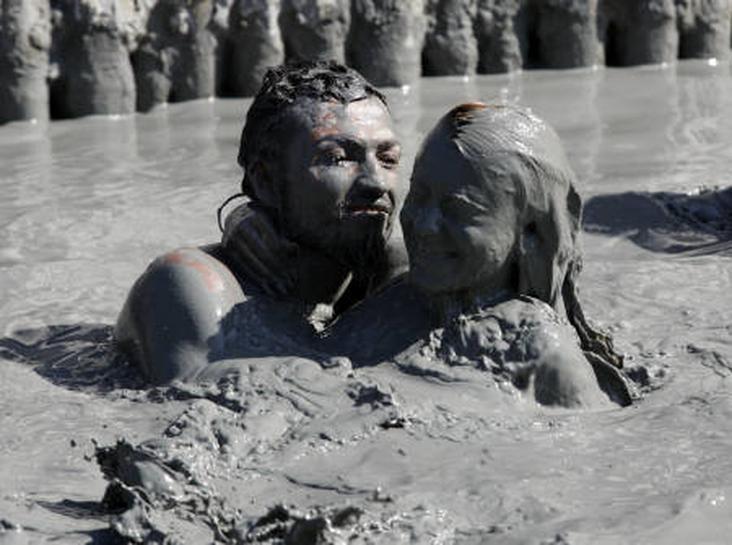 トルコの保養地で恒例の「泥風呂」イベント   ロイター