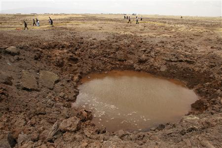 A view of the crater caused by a meteorite crash in the southern Peruvian town of Carangas, near the border with Bolivia, September 16, 2007. According to local radio reports, farmers living near the site have complained of headaches and nausea, which have prompted officials to send a medical team to the area. Picture taken in September 16, 2007. REUTERS/Miguel Carrasco/La Razon