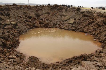 9月18日、ペルーで隕石クレーター(写真)を見に行った住民約100人が体調不良に。16日撮影(2007年 ロイター/Miguel Carrasco/La Razon)