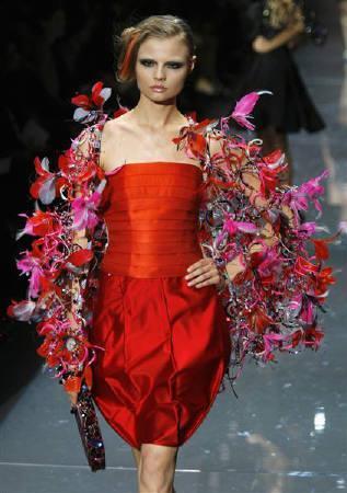 9月23日、イタリアのファッションブランド、ジョルジオ・アルマーニが、韓国のサムスン電子と共同で、テレビや携帯電話機など家電商品のデザインを行うことが明らかに。写真は7月、パリで撮影(2007年 ロイター/Jean-Paul Pelissier)