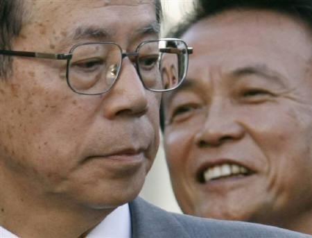 9月25日、福田自民党総裁(左)は重要閣僚での入閣を要請した麻生前幹事長(右)が「しばらく休ませてほしい」と答えたことを明らかに。写真は16日に都内で撮影(2007年 ロイター/Issei Kato)