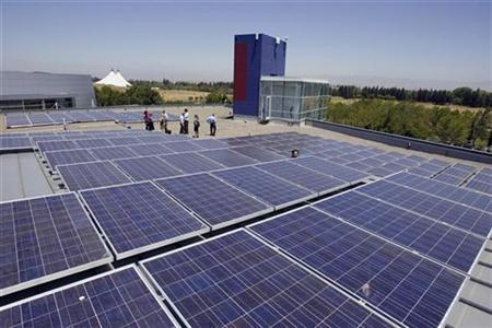 Solar panels sit on a roof at Google headquarters in Mountain View, California, June 18, 2007. Solar power could be the world's number one electricity source by the end of the century, but until now its role has been negligible as producers wait for price parity with fossil fuels, industry leaders say. REUTERS/Kimberly White