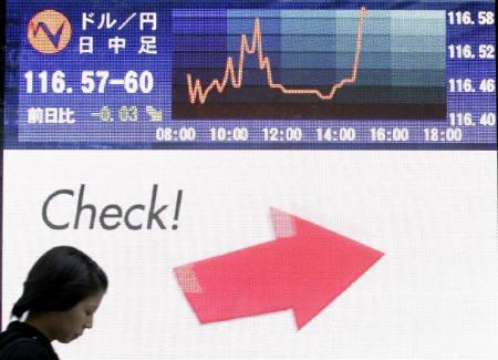 10月19日、来週の外為市場でもドルは上値の重い展が予想され、サブプライム問題の行方などに注目が集まる。写真は18日に都内で撮影(2007年 ロイター/Yuriko Nakao)
