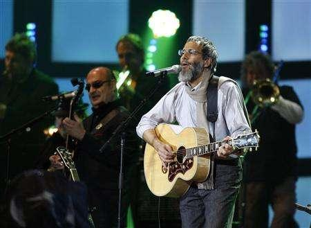 Singer Yusuf Islam, formerly known as Cat Stevens, performs during the Live Earth concert in Hamburg, Germany in this July 7, 2007 file photo. The artist hopes to return to the United States in December to record a song inspired by his deportation three years ago, he told Reuters on October 19, 2007 . REUTERS/Christian Charisius/Files