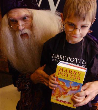 10月22日、「ハリー・ポッター」シリーズで主要な登場人物の1人が同性愛者だったと明かした著者の告白を、ファンの大半は好意的に受け止めている。写真は魔法学校の校長ダンブルドアに扮(ふん)した男性と子ども。2003年6月、ロンドンで撮影(2007年 ロイター/Sinead Lynch)