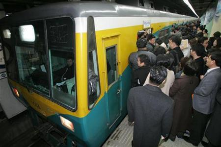 South Korean passengers line up to board a subway train in Seoul March 2, 2006. The subway corporations serving South Korea's capital will introduce women-only cars next year to make rides more comfortable and free of groping male hands, a subway official said on Wednesday. REUTERS/You Sung-Ho