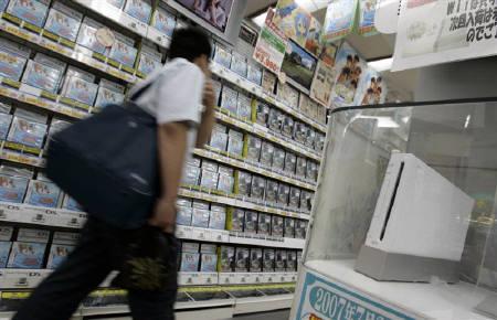 11月2日、エンターブレインによると10月のゲーム機国内販売はWiiが11万台、PS3は4.7万台に。写真は6月、秋葉原のゲームショップに展示されたWii(2007年 ロイター/Toru Hanai)