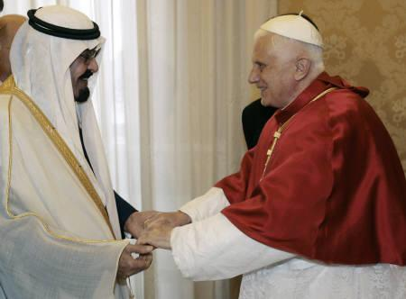 Saudi Arabia's King Abdullah (L) is greeted by Pope Benedict XVI on his arrival for their meeting at the Vatican November 6, 2007.  REUTERS/Chris Helgren