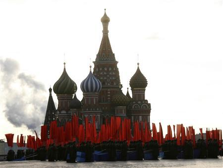 Russian soldiers dressed in historical uniforms stand in Red Square during a military parade in Moscow, November 7, 2007. Moscow marked the anniversary of a historical parade in 1941 when Soviet soldiers marched through Red Square to the front lines of World War II. REUTERS/Stringer