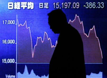 11月13日、東京市場は不安定な地合いが継続し、長期金利はデフレ時代に逆戻りした。写真は12日に都内で撮影した株価ボード(2007年 ロイター/Toru Hanai)