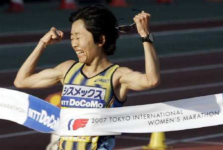 11月23日、北京五輪で2大会連続の金メダルを目指すマラソンの野口みずきが、コメのもみ殻を使った「魔法のシューズ」を使用する見通しが明らかに。写真は18日、東京国際マラソンで撮影(2007年 ロイター/Yuriko Nakao)