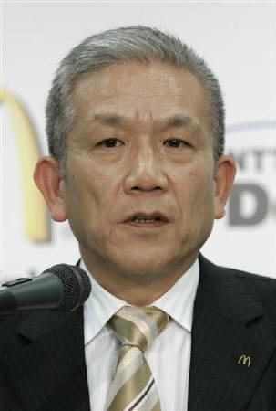 11月27日、日本マクドナルドホールディングスはフランチャイズ契約するアスリート社経営の4店舗で賞味期限切れのシェイクミックスやヨーグルトを使用した可能性があると発表。写真はマクドナルドの原田会長兼社長兼CEO。2月撮影(2007年 ロイター/Michael Caronna)