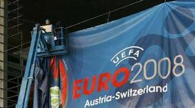 <p>Рабочие вешают плакат с рекламой будущего чемпионата Европы по футболу 2008 года в Люцерне 30 ноября 2007 года. (REUTERS/Michael Buholzer)</p>