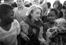 <p>Il Premio Nobel Nadine Gordimer (al centro) durante la visita ad Alexandra, un paese vicino a Johannesburg, nel 1986. REUTERS/STR New</p>