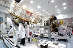 """<p>Site de Cannes de Thales Alenia Space. Le fabricant de satellites détenu par Thales et Finmeccanica annonce la finalisation d'un accord de coopération industrielle avec le russe NPO-PM, qui prévoit le développement d'une """"plate-forme satellite multi-missions de grande puissance"""". /Photo d'archives/REUTERS/Eric Gaillard</p>"""